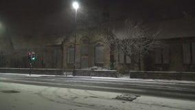 Schneefälle in der Stadt stock video