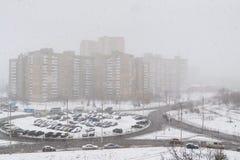 Schneefälle in der Stadt im Winter Stockbilder