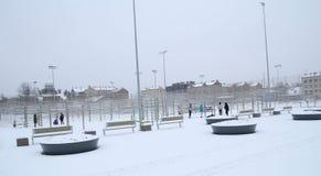 Schneefälle im Stadtpark-Winterhintergrund Winter in der Stadt Lizenzfreies Stockbild