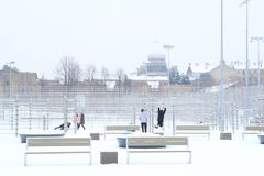 Schneefälle im Stadtpark-Winterhintergrund Winter in der Stadt Lizenzfreie Stockbilder