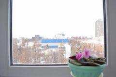 Schneefälle ist außerhalb des Fensters Lizenzfreies Stockbild