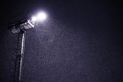 Schneefälle nachts mit Laternenlicht Stockbilder