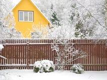 Schneefälle und Haus Lizenzfreie Stockfotografie