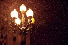 Schneefälle und Laterne Lizenzfreies Stockfoto