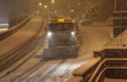 Schneefällefall mit Schneepflug/Gritters Lizenzfreies Stockbild
