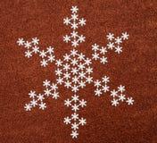 Schneeflocke über rotem Funkelnhintergrund Stockfoto