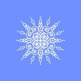 Schneeflocke auf blauem Hintergrund für Wintereinladungskarte, Vektorlogo-Ikonenschablone Lizenzfreies Stockfoto