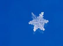 Schneeflocke auf Glas Stockbild