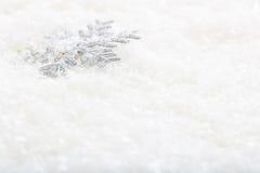 Schneeflocke auf Schneehintergrund Lizenzfreies Stockbild