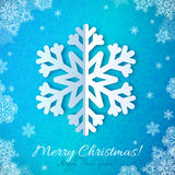 Schneeflocke des blauen Papiers auf rotem aufwändigem Hintergrund Lizenzfreie Stockfotos