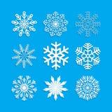 Schneeflocke eingestellt auf blauen Hintergrund Stockfoto
