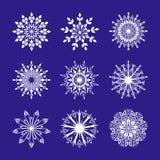 Schneeflocke eingestellt auf blauen Hintergrund stock abbildung
