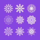 Schneeflocke eingestellt auf hellpurpurnen Hintergrund vektor abbildung
