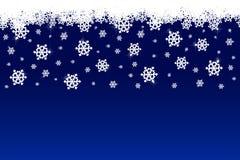 Schneeflocke mit blauen Hintergrundschneefällen Stockfotografie