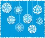 Schneeflocke-Weihnachtsverzierungen auf einem blauen Hintergrund Lizenzfreie Stockfotografie
