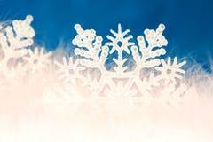 Schneeflockehintergrund des neuen Jahres oder des Weihnachten Lizenzfreie Stockfotografie
