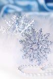Schneeflockehintergrund des neuen Jahres oder des Weihnachten Stockbild