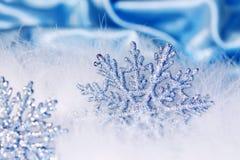 Schneeflockehintergrund des neuen Jahres oder des Weihnachten Lizenzfreies Stockfoto