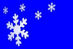 Schneeflocken auf Blau Stockbilder