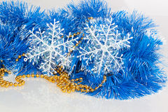 Schneeflocken auf blauer Girlande Stockbilder
