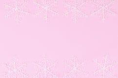 Schneeflocken auf einem rosa Hintergrund Lizenzfreies Stockbild
