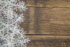 Schneeflocken auf einer rustikalen Holzoberfläche Stockbilder