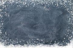Schneeflocken auf einer schwarzen Tafel Stockbild