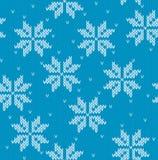 Schneeflocken auf gestricktem Hintergrund Stockfotos
