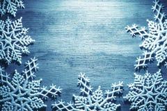 Schneeflocken auf hölzernem Hintergrund Stockbilder