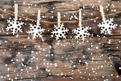 Schneeflocken auf Holz auf Linie Lizenzfreies Stockfoto