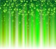 Schneeflocken, die auf einem Pfad der grünen Leuchte absteigen Stockfoto