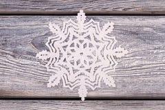 Schneeflocken geschnitten vom Papier Stockfoto