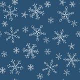 Schneeflocken von verschiedenen Arten auf einem Hintergrund des Blaus, Muster Stockbild