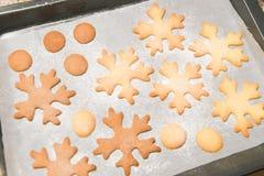 Schneeflockenpl?tzchen Schneeflocke formte die Lebkuchenpl?tzchen, die mit einem Goldbogen gestapelt wurden und gebunden waren lizenzfreies stockfoto