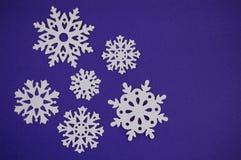 Schneeflockenschnittheraus auf blauem purpurrotem Hintergrund Lizenzfreies Stockbild