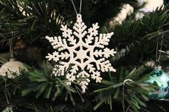 Schneeflockenverzierung auf Weihnachtsbaum Stockfoto