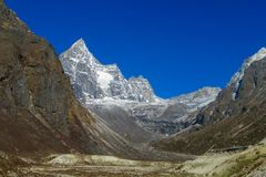 Schneegebirgs- und dep-Talansicht am Trekking EBC niedrigen Lagers Everest in Nepal Stockfotografie