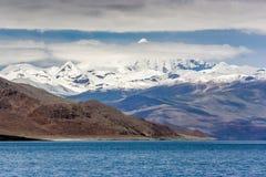 Schneegebirgspass durch die Wolke Lizenzfreie Stockfotografie