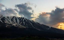 Schneegebirgssonnenunterganglandschaft stockbild