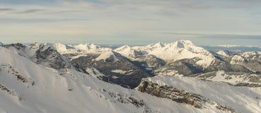 Schneegebirgszugpanorama Stockfoto