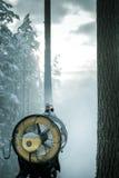 Schneegenerator, der einen Blizzard im Wald schafft stockfotografie