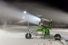 Schneegewehr nachts stockfotografie