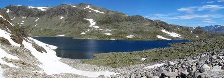 Schneegipfel, felsige Bergspitzen und Gletscher in Norwegen Stockfotos