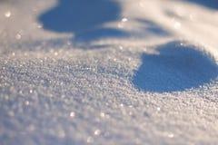 Schneeglitzern in der Sonne, im Wald glättend Weihnachten, neues Jahr, fabelhafte Stimmung am Morgen vor Feiertag Abstraktes Hint Lizenzfreie Stockfotografie