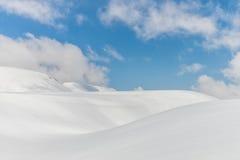 Schneehügel gegen klaren blauen Himmel Lizenzfreie Stockbilder