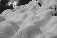 Schneehügel in Schwarzem u. in weißem Lizenzfreies Stockbild