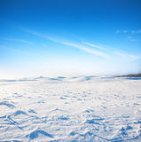 Schneehügel und blauer Himmel stockfotografie