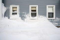 Schneehügel unter drei Fenstern Lizenzfreies Stockfoto