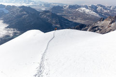 Schneehintergebirgskante der Bergsteiger gehende kletternde, Bolivien Stockfotos