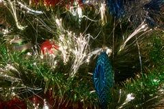 Schneehintergrund mit Unschärfe bokeh verzierten Chritmas-Baums Stockfoto